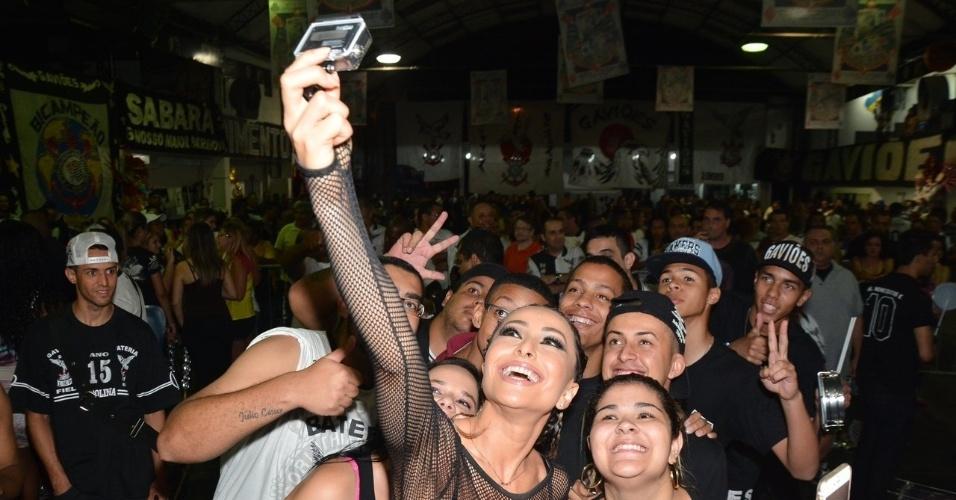 12.dez.2014 - Sabrina Sato faz selfies com os fãs no ensaio da escola Gaviões da Fiel, no bairro do Bom Retiro, no centro de São Paulo, nesta sexta-feira