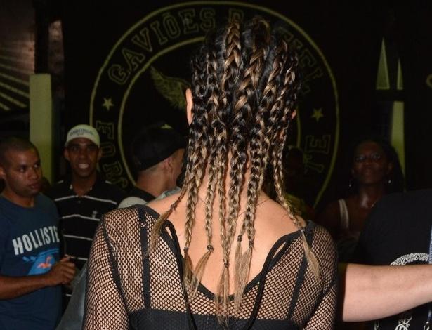 12.dez.2014 - Sabrina Sato surpreende com visual rastafári, cheia de trancinhas na cabeça, durante o ensaio da escola Gaviões da Fiel, no bairro do Bom Retiro, centro de São Paulo