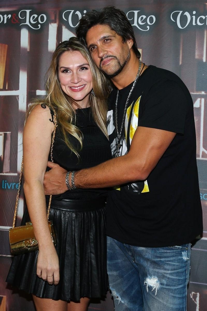 12.dez.2014 - Tatianna visita o camarim do marido, Leo, depois do show que ele realizou com Victor no Citibank Hall, na zona sul de São Paulo, na noite desta sexta-feira