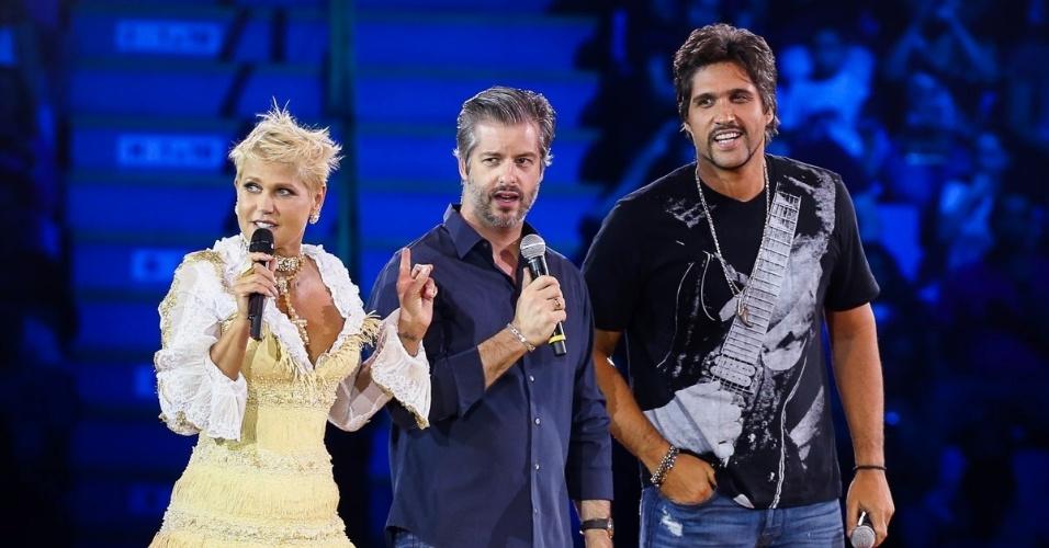"""13.dez.2014 - A dupla sertaneja Victor & Leo fez participação especial no espetáculo """"A Magia do Natal"""", de Xuxa, em São Paulo"""