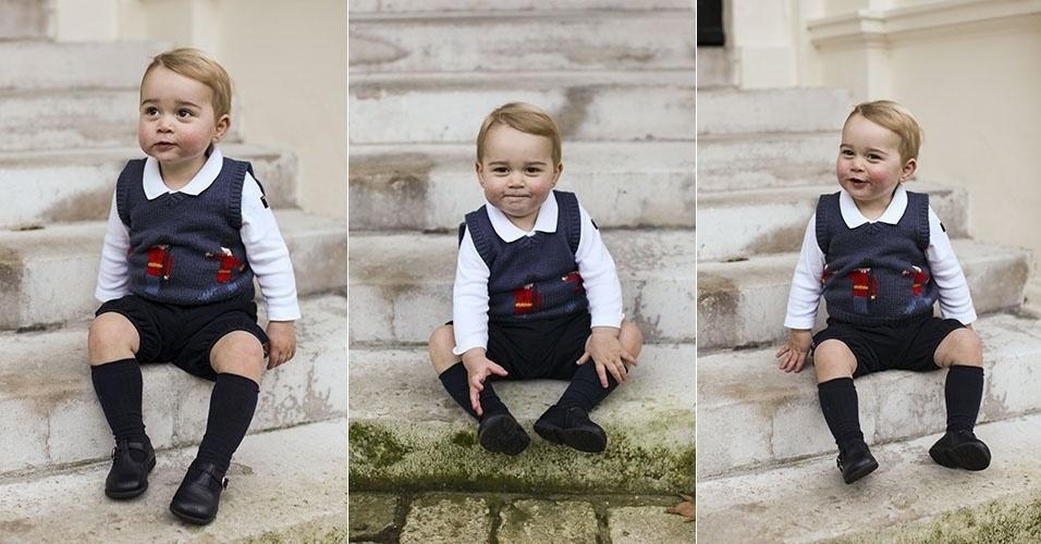 13.dez.2014 - A família britânica divulgou neste sábado três fotos natalinas do Príncipe George. Nas imagens, o filho do Príncipe William e de Kate Middleton aparece sentado em uma escada no jardim do Palácio de Kensington, em Londres