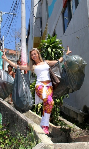 13.dez.2014 - A modelo Veridiana Freitas tirou a manhã deste sábado para entregar presentes para as crianças no Vidigal, em São Conrado