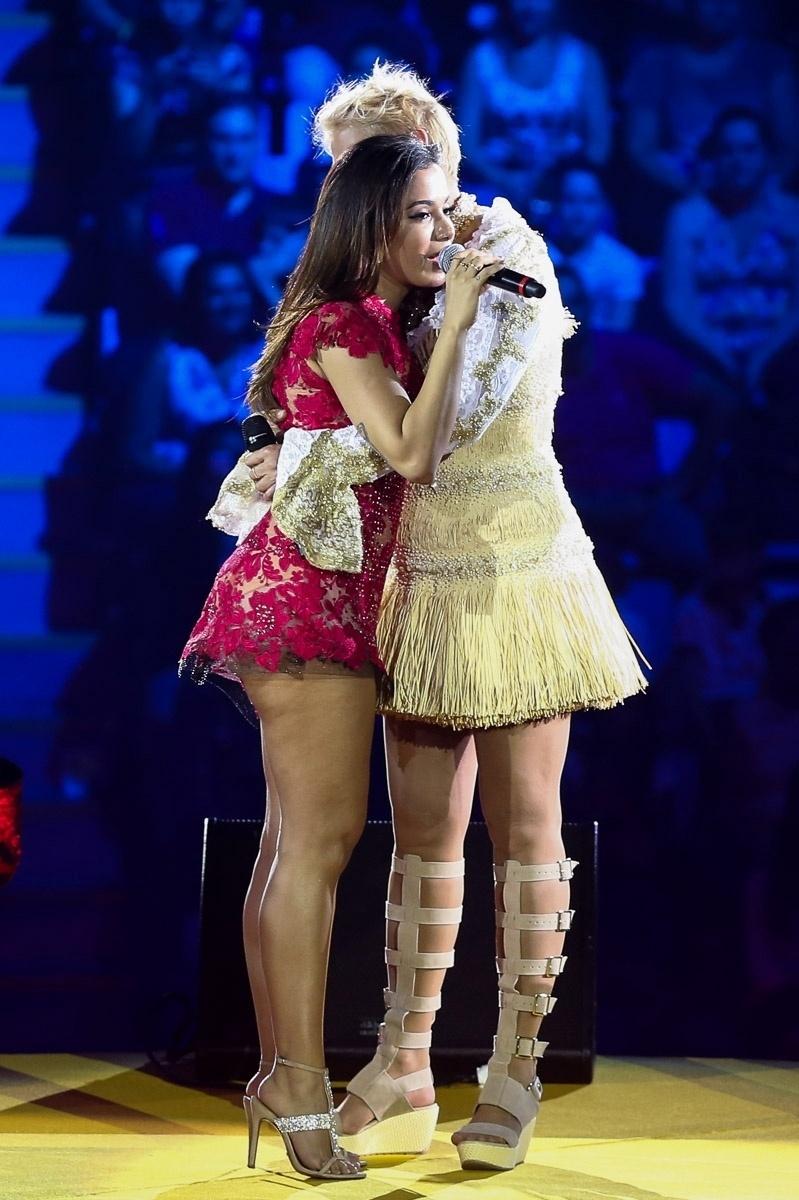"""13.dez.2014 - Anitta abraça Xuxa durante o espetáculo """"A Magia do Natal"""",em São Paulo"""