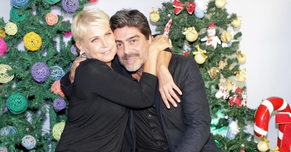 """13.dez.2014 - Antes de apresentar o espetáculo """"A Magia do Natal"""", em São Paulo, Xuxa posa com o namorado, Junno Andrade"""