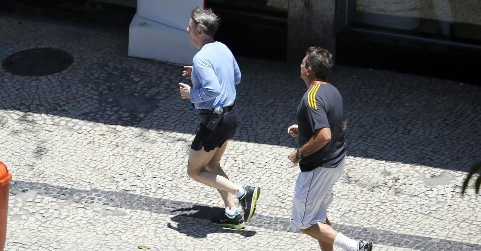 13.dez.2014 - Eike Batista corre nas ruas do Jardim Botânico, no Rio, acompanhado de um segurança na manhã deste sábado (13).