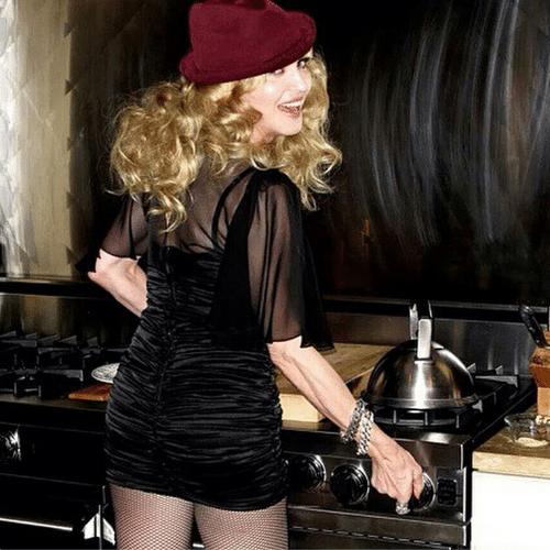 """13.dez.2014 - Madonna exibe no Instagram uma foto inédita que nem ela mesma sabe de onde surgiu. """"Outra foto inédita de uma série que eu acabo de descobrir! Roubado e vendido de quem? Oh, meu Deus! São os meus fãs fazendo isso? Assim eu fico muito confusa. Roubar é um crime. #karma"""", escreveu ela na legenda"""