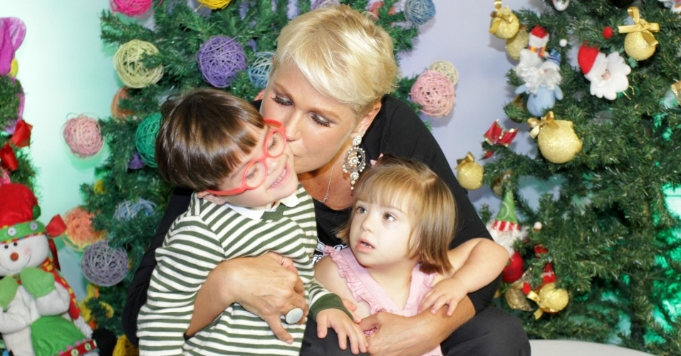 """13.dez.2014 - Xuxa recebe crianças nos bastidores do espetáculo """"A Magia do Natal"""", em São Paulo"""