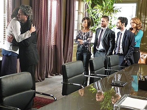 Marta chora nos braços de Zé e Cora aproveita para roubar diamante