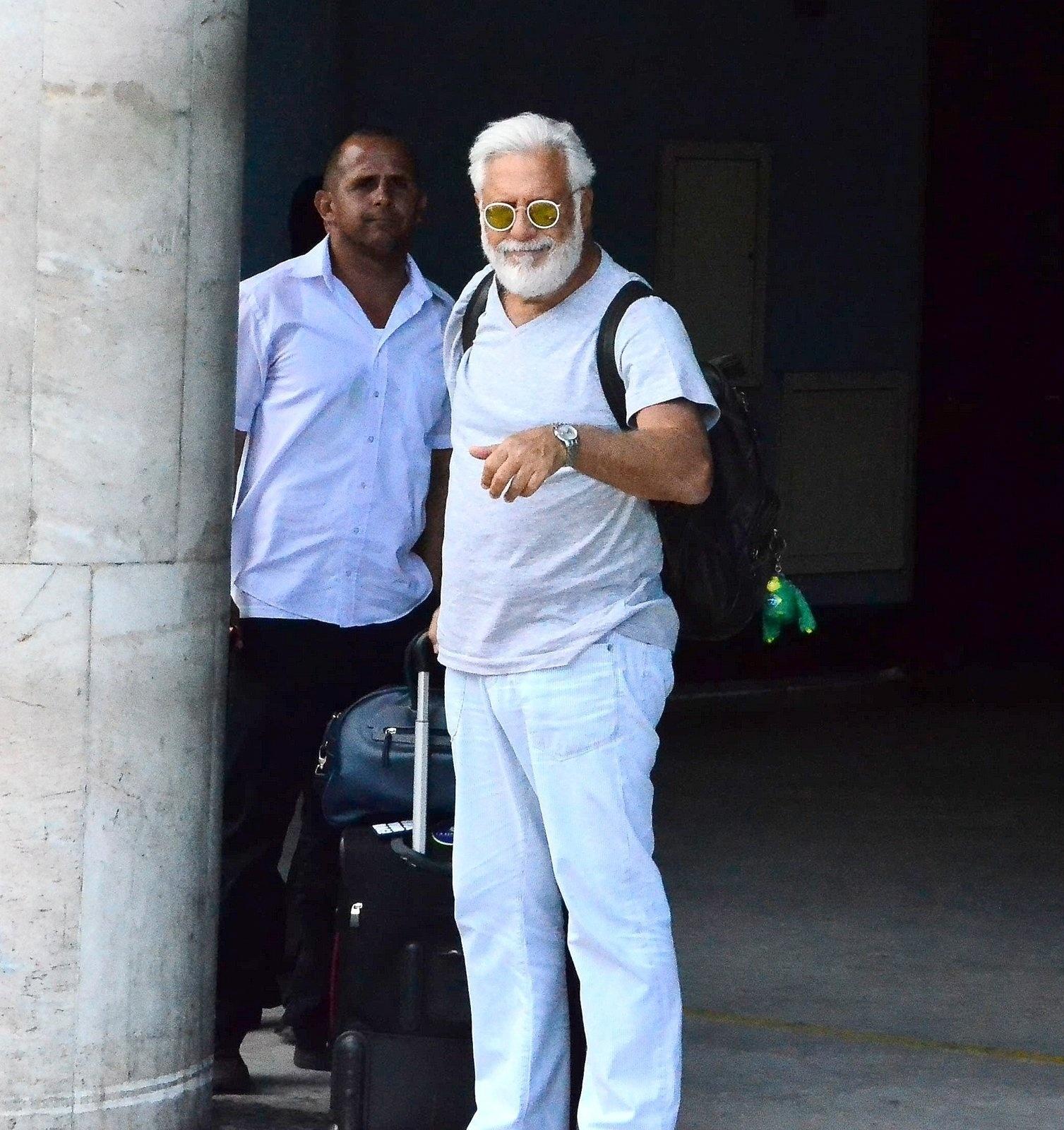 15.dez.2014 - Antônio Fagundes desembarca de barba e bigode branquíssimos no aeroporto Santos Dumont, no Rio de Janeiro