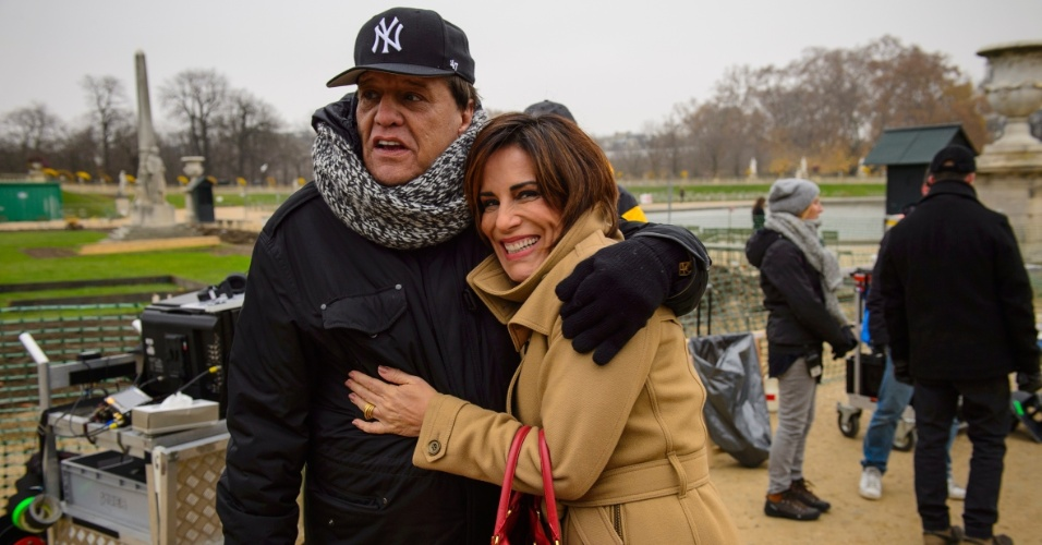 Agasalhados, Gloria Pires e o diretor  Dennis Carvalho posam abraçados em Paris