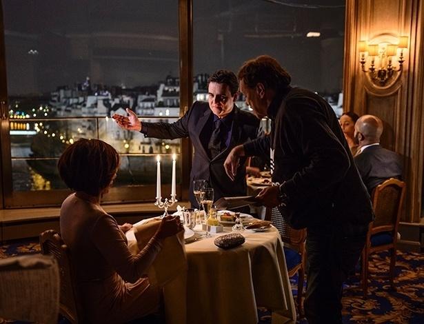 Gloria Pires e Cássio Gabus Mendes gravam cena de Réveillon no famoso restaurante Tour D'Argent em Paris, na França