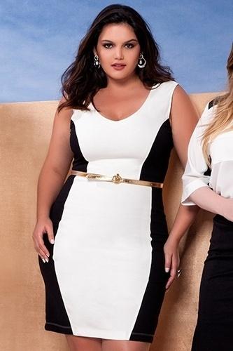82e57733c003 Vestido branco com recortes laterais em preto, da VK Moda Plus Size. Preço: