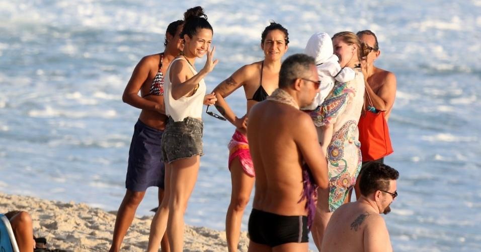 15.12.2014- Nanda Costa e a persursionista Lan Lan curtiram com amigos a praia do Arpoador, na zona sul do Rio