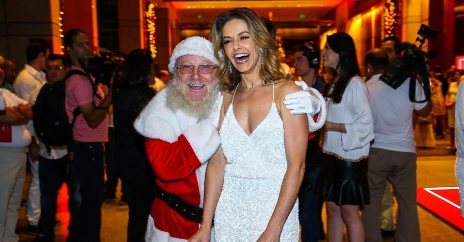 15.dez.2014 - Bianca Rinaldi se diverte ao lado do Papai Noel no
