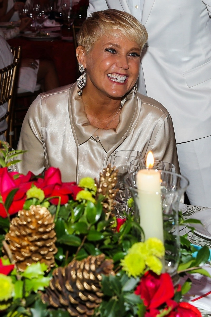 """15.dez.2014 - Sorridente, Xuxa participa do """"Natal do Bem 2014"""" no Hotel Grand Hyatt, no Brooklin Novo, na zona sul de São Paulo, na noite desta segunda-feira"""