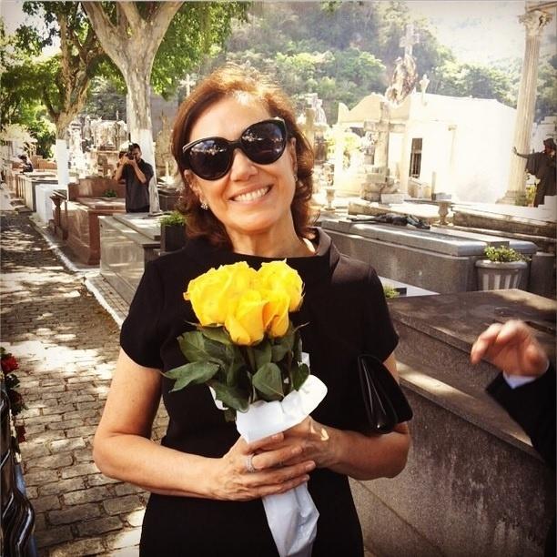 16.dez.2014 - Lilia Cabral posa sorridente no cemitério, durante as gravações da morte de Zé Alfredo (Alexandre Nero) em