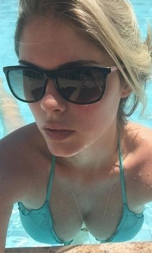 """16.dez.2014- Bárbara Evans coloca o bronzeado em dia na piscina: """"Curtindo um solzinho, para relaxar"""", escreveu a loira na legenda da foto"""