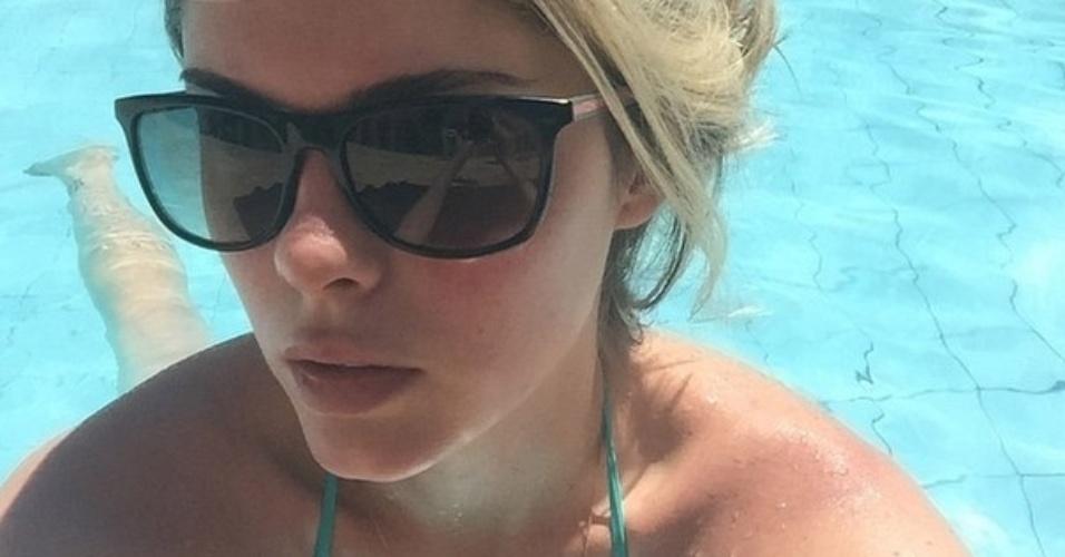 16.dez.2014- Bárbara Evans coloca o bronzeado em dia na piscina: