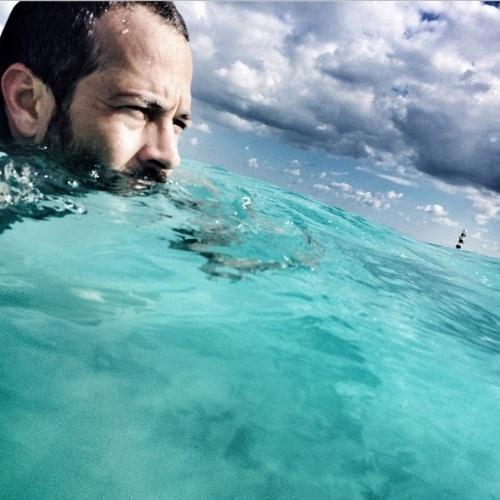 """16.dez.2014- """"Quem disse que água salgada não tem boto"""", diz Malvino na legenda de sua foto no mar de Cancun, no México"""