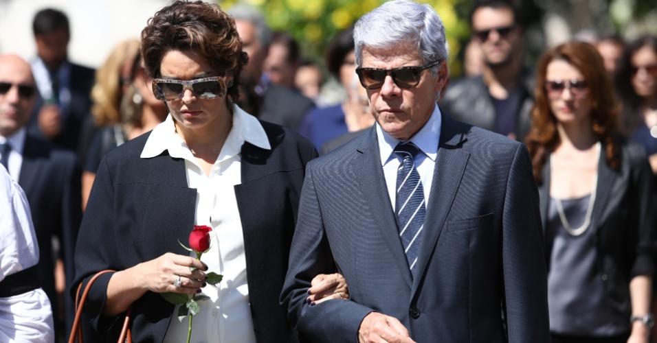 Beatriz (Suzy Rego) e Claudio (José Mayer) dão o último adeus a José Alfredo (Alexandre Nero) em cemitério