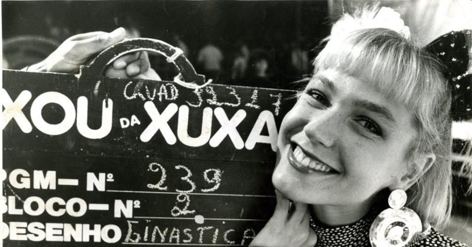 """Xuxa Meneghel, aos 23 anos, é contratada pela TV Globo para apresentar o """"Xou da Xuxa"""", de segunda a sábado, ocupando o horário matutino da emissora"""