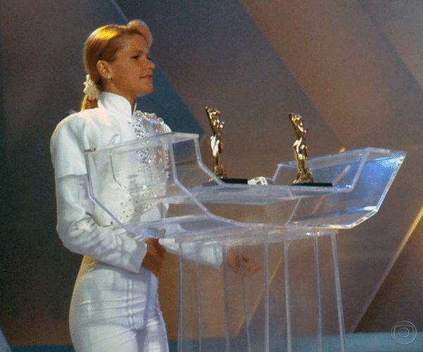 """O """"Paradão da Xuxa"""" é transmitido aos sábados, em 1991, com três horas de duração. Este foi o primeiro programa que a Rainha deixou seus baixinhos de lado do """"Xou da Xuxa"""", a apresentadora ganhou um programa com mesmo nome no qual recebia cantores que faziam sucesso na época, inclusive as Paquitas"""
