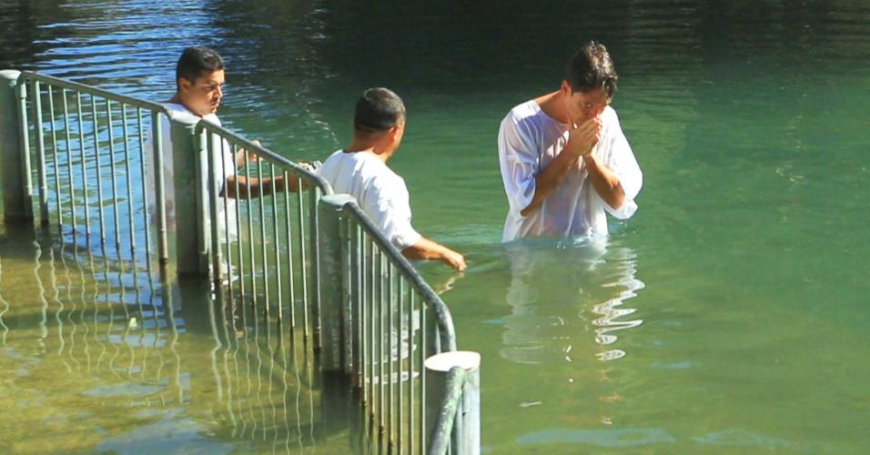Para comemorar o Natal, Rodrigo Faro mostra seu batismo no Rio Jordão em Israel