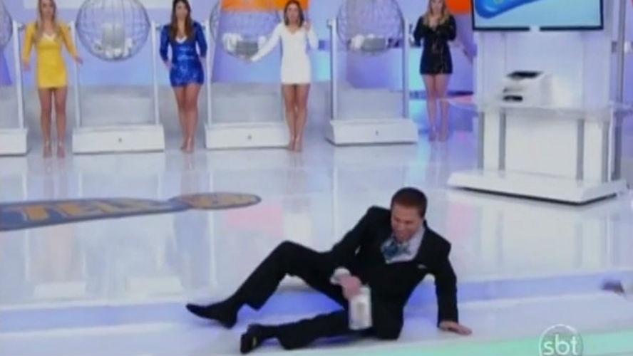 Silvio Santos não percebe diferença de degrau e cai no palco durante o sorteio da Tele Sena