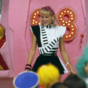 """Xuxa desce de sua famosa nave cantando a famosa canção """"Amiguinha Xuxa"""" em seu """"Xou da Xuxa"""", que estreou dia 30 de junho de 1986, na Globo - Reprodução/Memória Globo"""