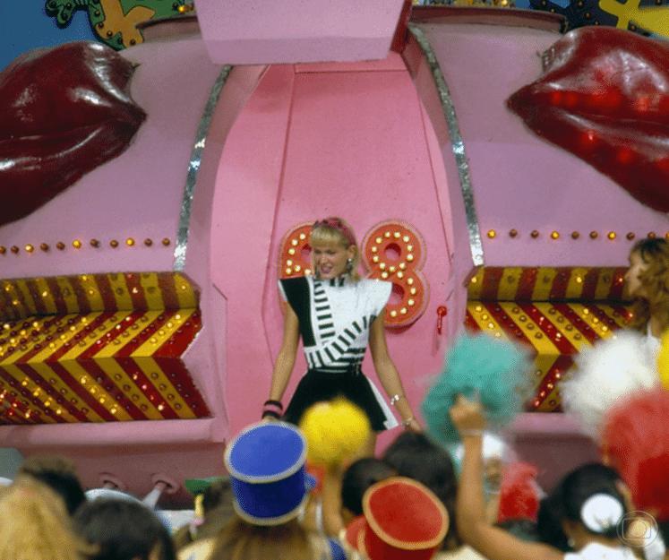 """Xuxa desce de sua famosa nave cantando a famosa canção """"Amiguinha Xuxa"""" em seu """"Xou da Xuxa"""", que estreou dia 30 de junho de 1986, na Globo"""