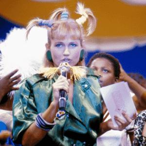 """Xuxa recebe o cantor Leo Jaime em seu """"Xou da Xuxa"""", que estreou dia 30 de junho de 1986, na Globo. O programa ficou no ar na emissora até o dia 31 de dezembro de 1992 - Reprodução/Memória Globo"""