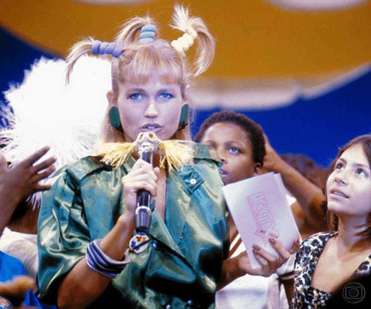 """Xuxa recebe o cantor Leo Jaime em seu """"Xou da Xuxa"""", que estreou dia 30 de junho de 1986, na Globo. O programa ficou no ar na emissora até o dia 31 de dezembro de 1992"""