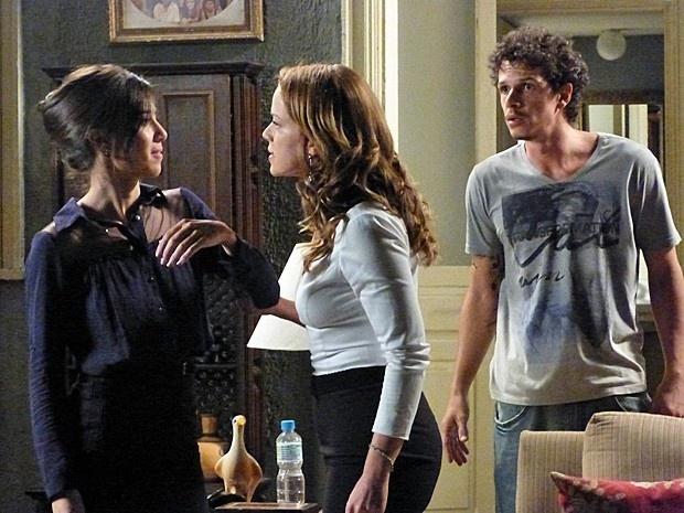 17.dez.2014 - A vilã não perde a oportunidade de falar mal da mãe de Cristina (Leandra Leal)