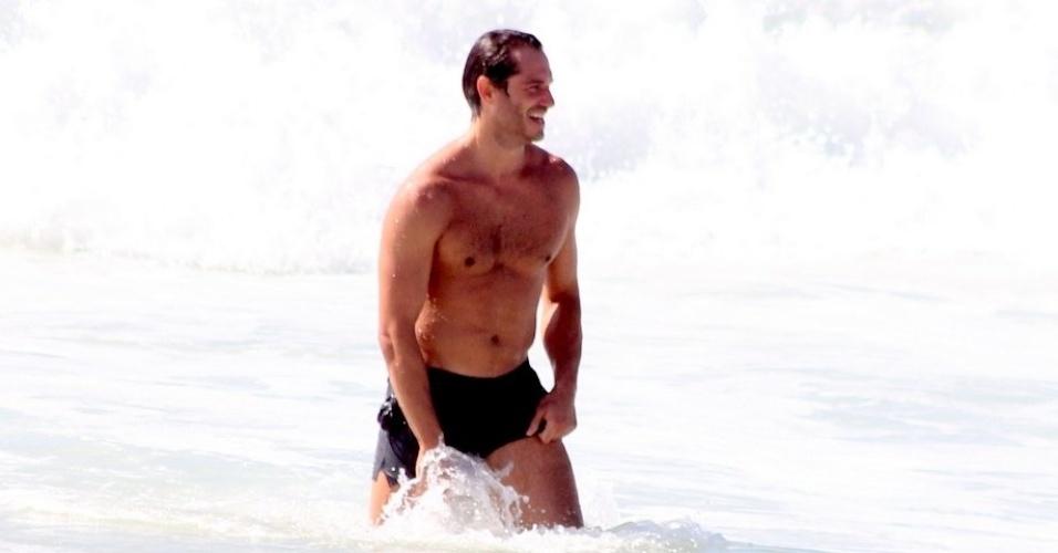 "17.dez.2014- Paulo Rocha, o Orville de ""Império"", se refresca no mar do Leblon, na zona sul do Rio de Janeiro"
