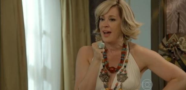 Samantha (Claudia Raia) relembra personagens da atriz em outras novelas