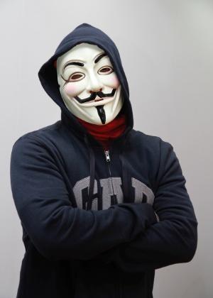 """Com máscara de Guy de Fawkes, popularizada pela HQ """"V de Vingança"""", Zangado fala sobre games com frequência para mais de 2 milhões de seguidores - Divulgação"""