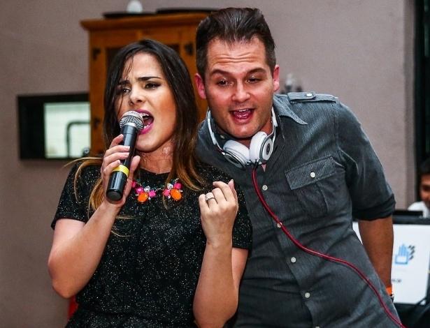 """17.dez.2014 - Wanessa canta seus sucessos eletrônicos ao lado do DJ Mr Jam na primeira edição do """"A.R. Live in Concert"""", em um restaurante na zona sul de São Paulo, na noite desta quarta-feira"""