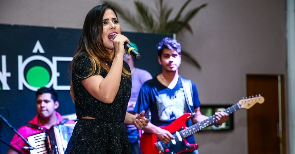 """17.dez.2014 - Wanessa é acompanhada por uma banda na primeira edição do """"A.R. Live in Concert"""", em um restaurante na zona sul de São Paulo, na noite desta quarta-feira"""