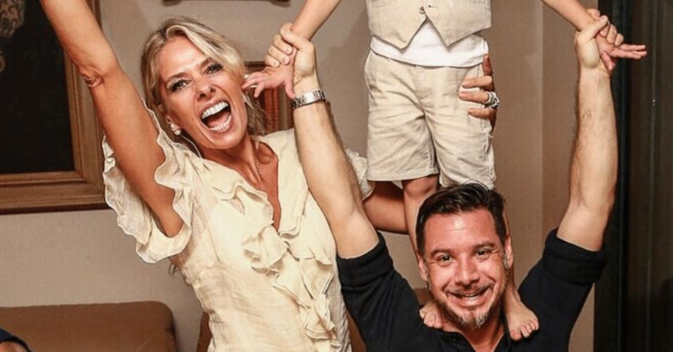 18.dez.2014 - Adriane Galisteu se diverte com o filho, Vittorio, e o marido, Alexandre Iódice, em uma foto postada no Instagram da apresentadora, na madrugada desta quinta-feira