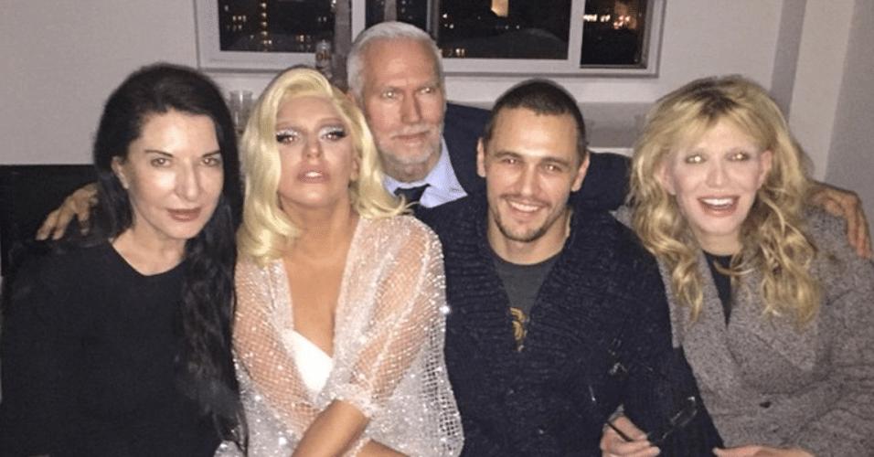 18.dez.2014 - James Franco mostra foto com Lady Gaga, Courtney Love e alguns amigos, durante a celebração do Chanucá, na madrugada desta quinta-feira