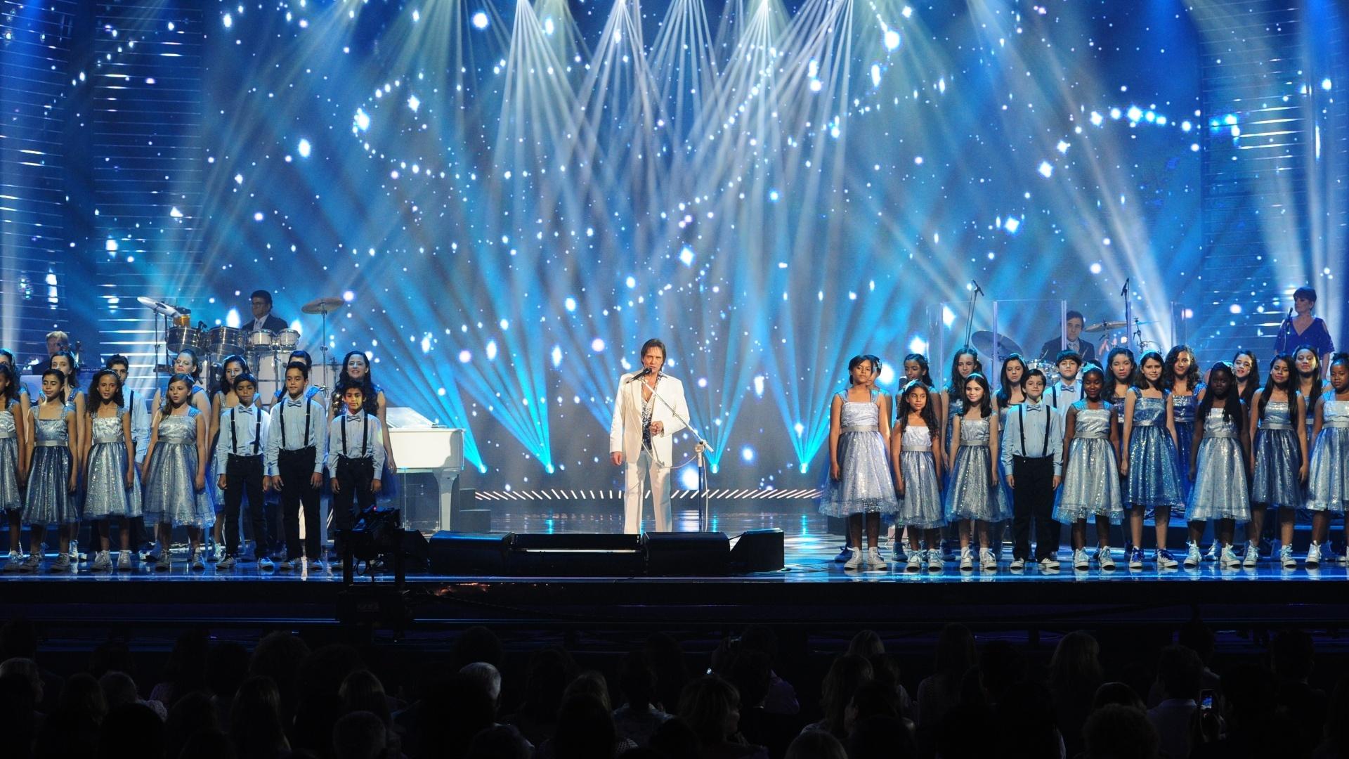 Acompanhado por um coral de 65 crianças, Roberto Carlos cantou