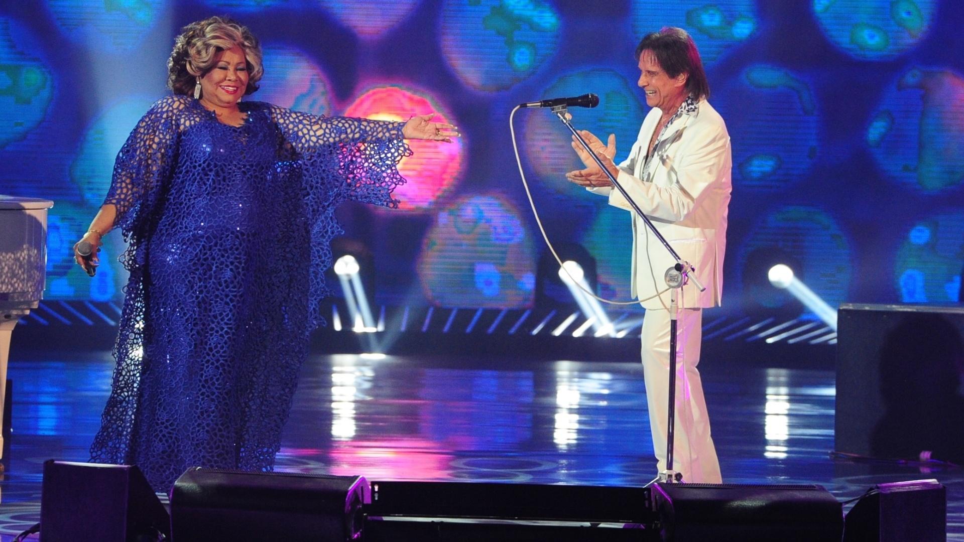 Alcione canta em inglês e espanhol ao lado do Rei.