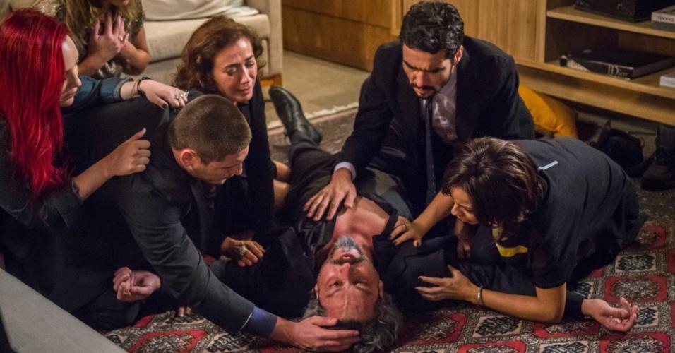 Família Medeiros se desespera ao ver José Alfredo caído no chão supostamente morto após um ataque do coração