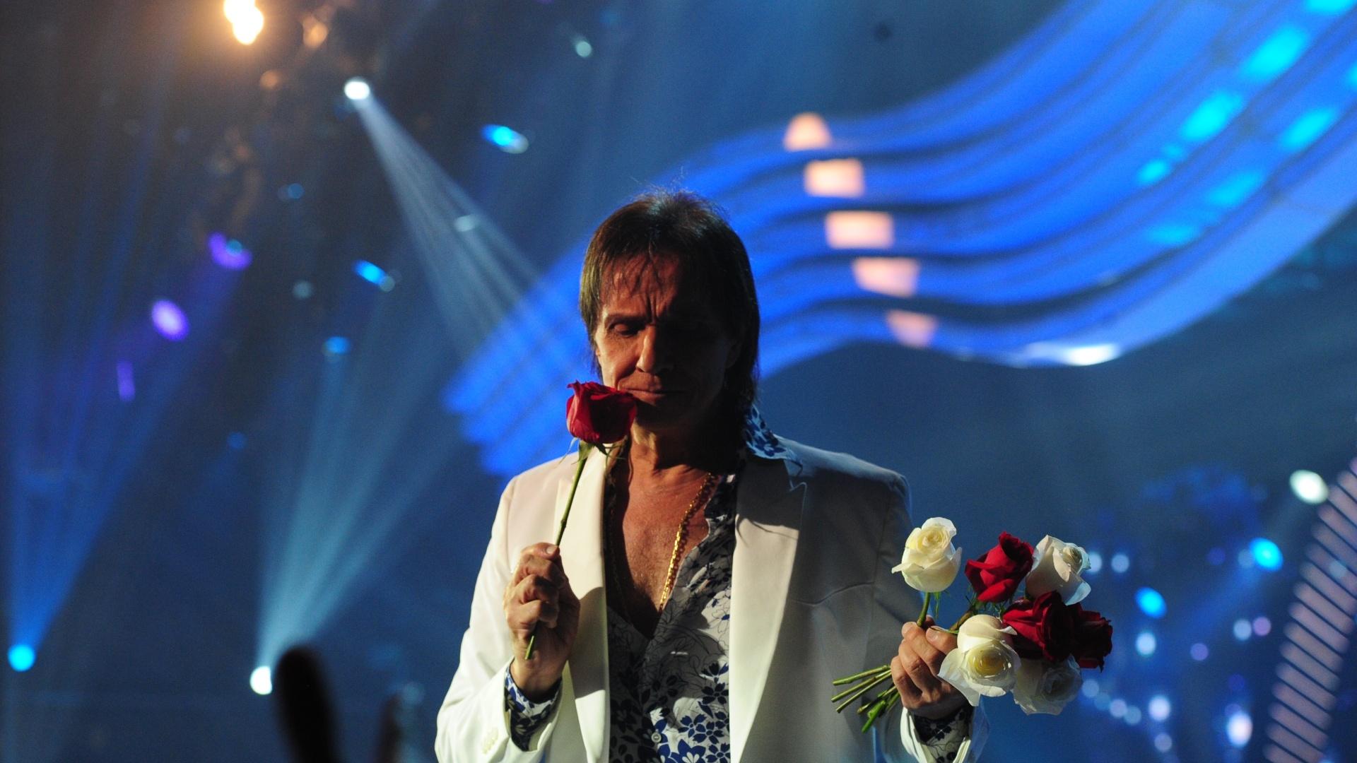 O Rei faz sua tradicional distribuição de rosas ao fim do show
