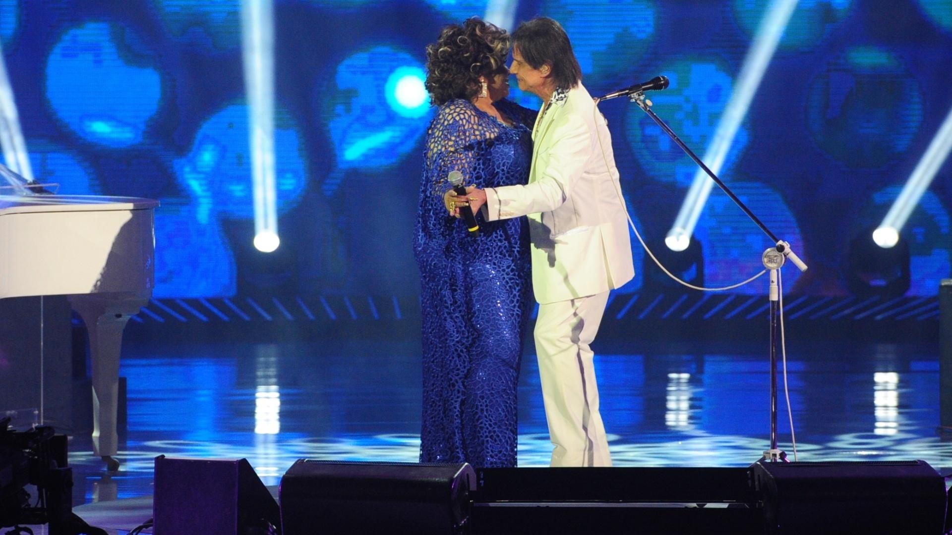 Os dois arriscam uns passos de dança no palco