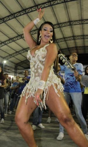 14.dez.2014 - Rainha de bateria da Águia de Ouro, Chintia Santos arrasa no ensaio na aquadra da escola de samba