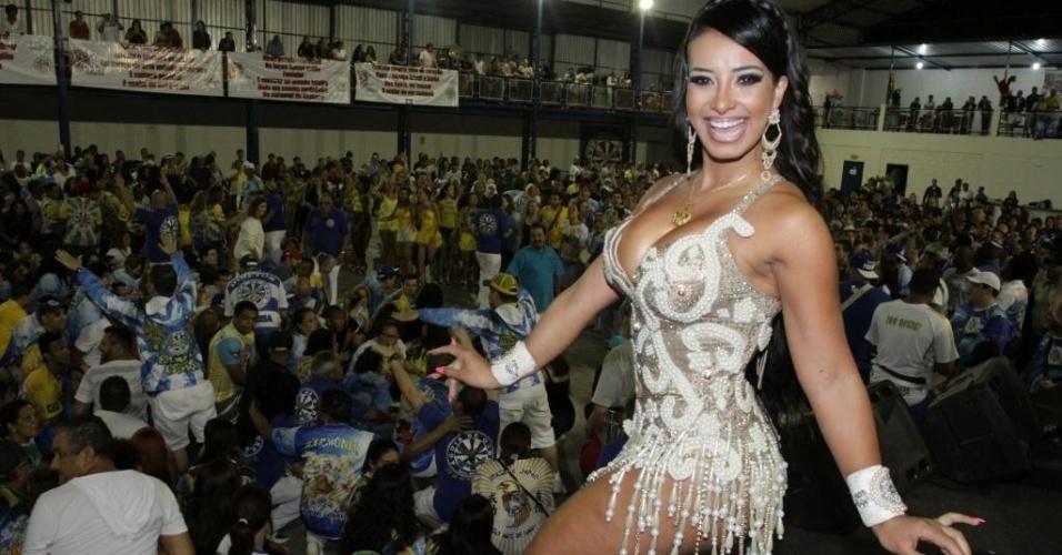14.dez.2014 - Rainha de bateria da Águia de Ouro, Chintia Santos no ensaio