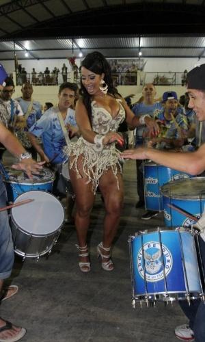 14.dez.2014 - Rainha de bateria da Águia de Ouro, Chintia Santos samba muito no ensaio na quadra da escola de samba paulista
