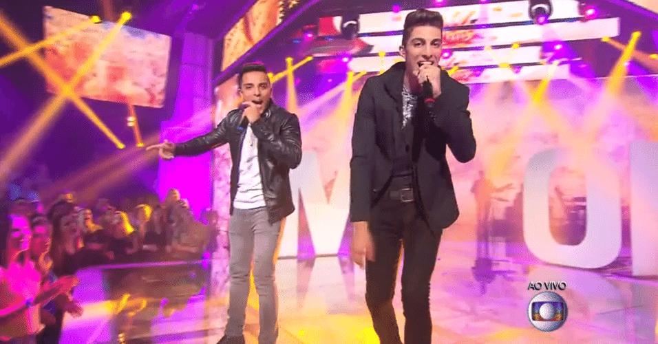 18.dez.2014 - Surpreendendo à plateia e aos jurados, a dupla Danilo Reis e Rafael escolherem a música pop e cantaram