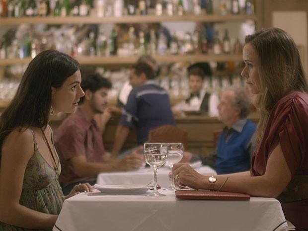 19.dez.2014 - Carlota (Giulia Gam) diz querer conhecer a Sandra (Isis Valverde) que todos falam bem